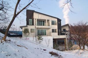 산책로와 전경이 일품인 필로티 3층 주택