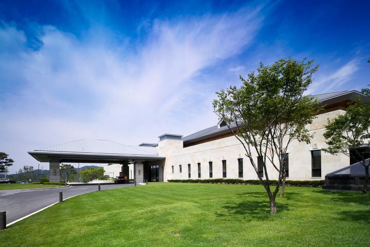 푸른 잔디밭 위에 펼쳐진 클럽하우스
