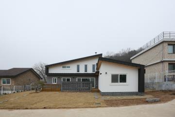 김포 G-House; 게스트룸과 다락을 가진 모던 스타일의 단층 주택