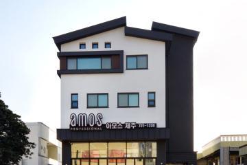 블랙&화이트 컬러에 직선적 요소의 느낌이 강한 모던한 상가주택