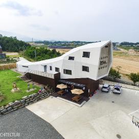 부엉이를 닮은 갤러리 단독주택 Happpy OWL house 단독주택, 화이트, 노출콘크리트, 칼라강판, 목재, 갤러리