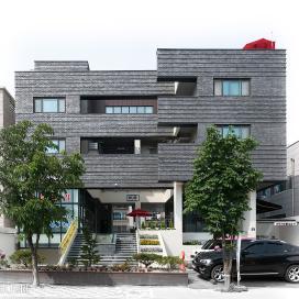 중정을 품은 검은벽돌 다가구주택_ Hug House 다가구주택, 일산주택, 검은벽돌, 칼라강판, 무근콘크리트, 중정