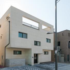 정면 입체화가 돋보이는 다가구주택 모던주택, 화이트, 징크, 다가구주택