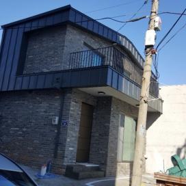 낡은 슬레이트집, 그레이 모던 벽돌을 입다
